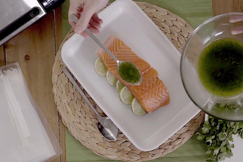 Salmón con mojo de lima y cilantro