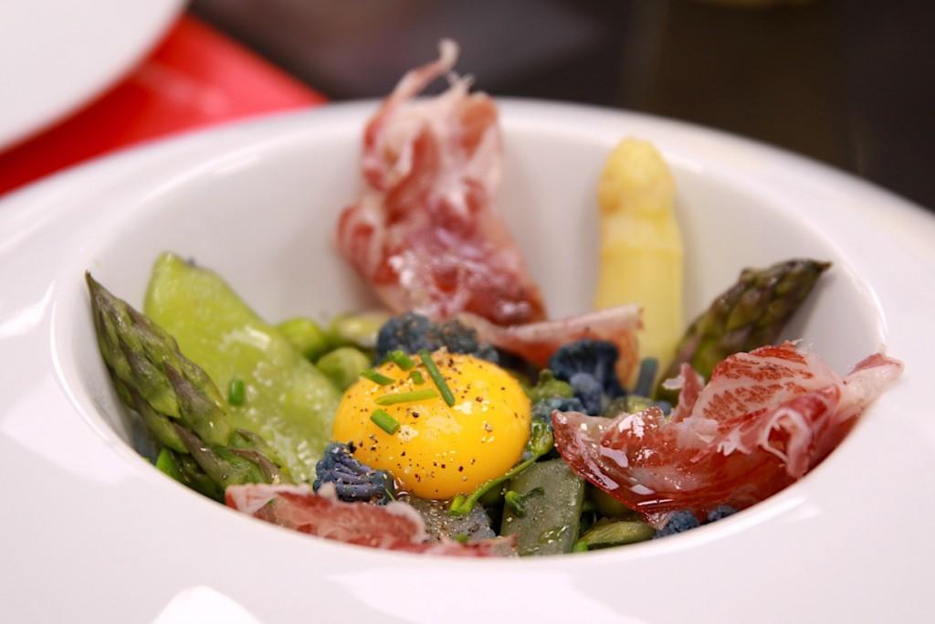 Menestra de Primavera con yema de huevo y Coppa Joselito