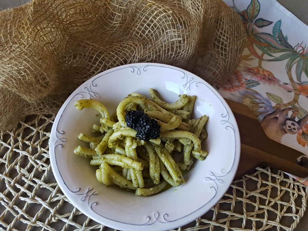 Pasta al pesto de pistacho y huevas de arenque