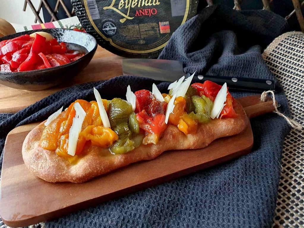 Coca valenciana de pimientos y queso añejo