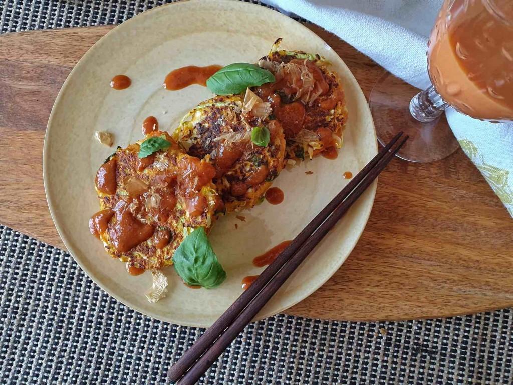 Tortitas japonesas vegetales con jugo de gazpacho