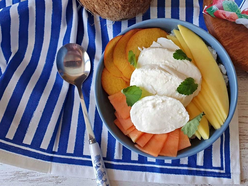 Poké dulce de frutas, coco y mozzarella