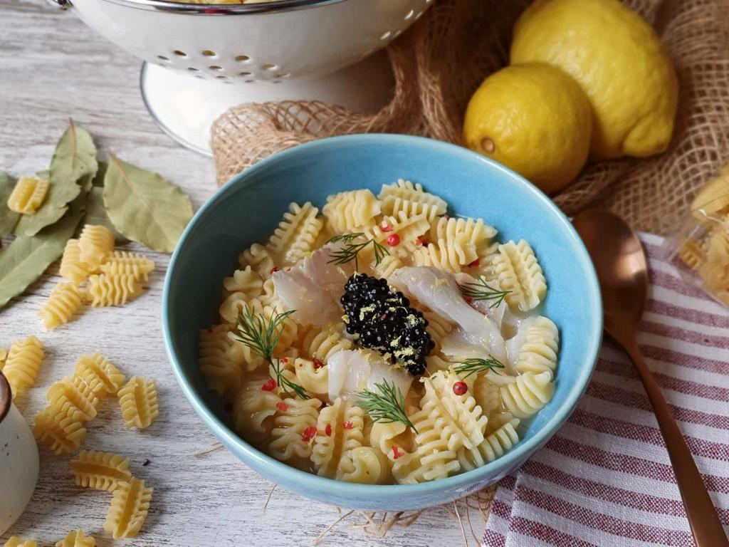 Radiatori en sopa de bacalao ahumado y limón