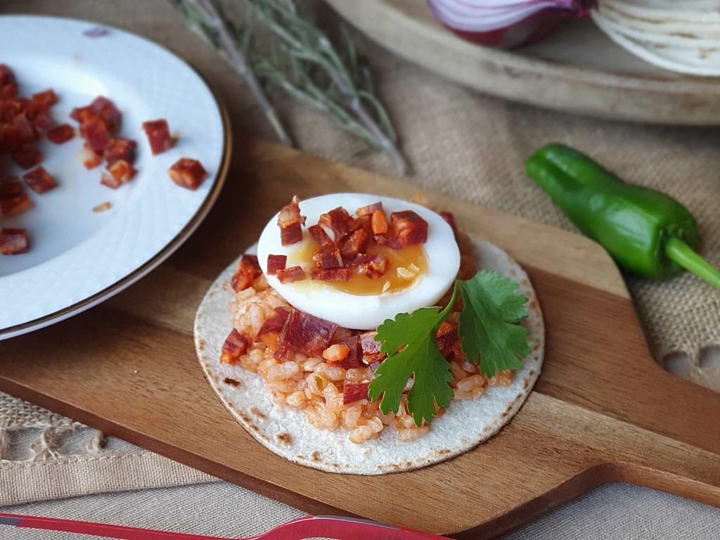 Tacos de arroz con huevo y chorizo