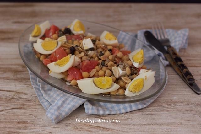 Ensalada de garbanzos con huevos y queso fresco