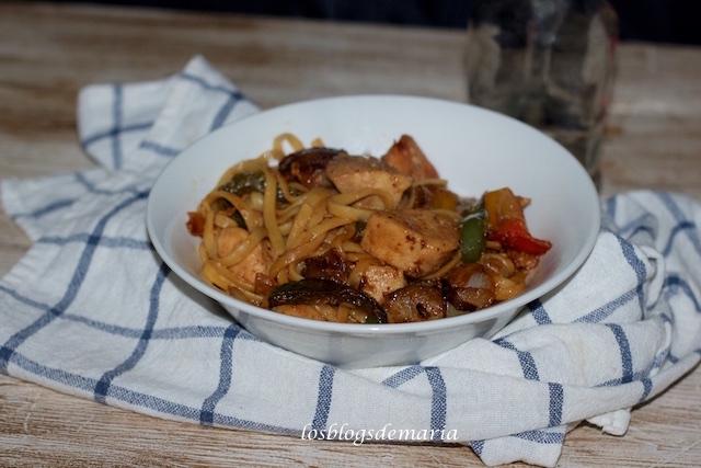 Pollo con verduras al teriyaki y tallarines