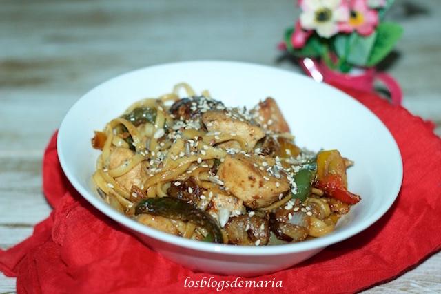 Pechuga de pollo con verduras al vino dulce y mostaza con tallarines