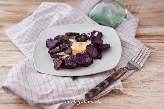 Patatas violetas con huevo en perol