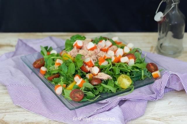 Ensalada de rúcula, canónigos y kale con atún, surimi y cherrys