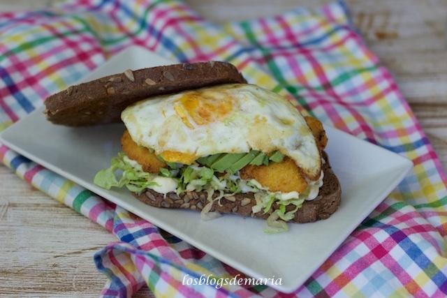 Sándwich de pan de centeno con pollo, aguacate, lechuga y huevo