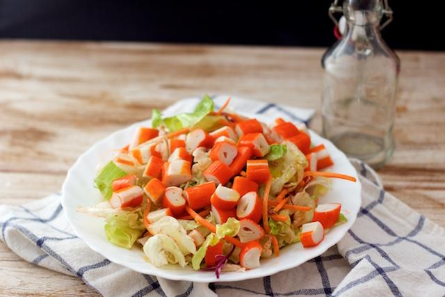 Ensalada de palitos de cangrejo con vinagreta de miel