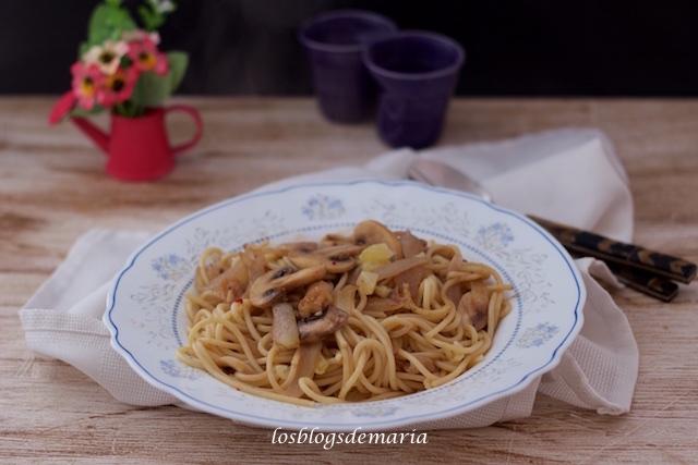 Espaguetis con anchoas, nueces, queso viejo y champiñones