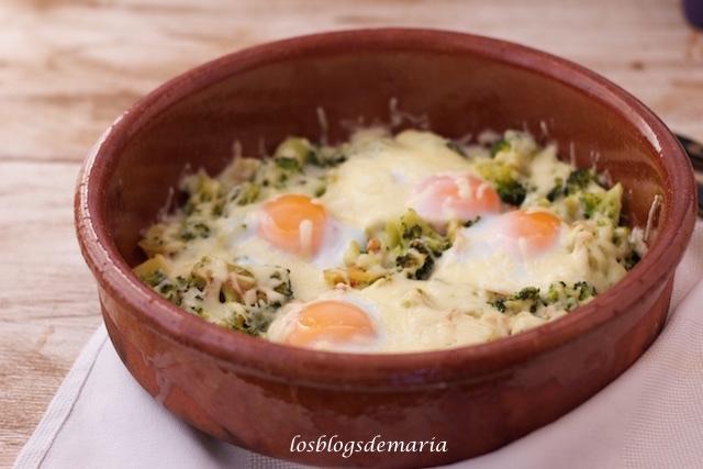 Huevos a la cazuela con brócoli