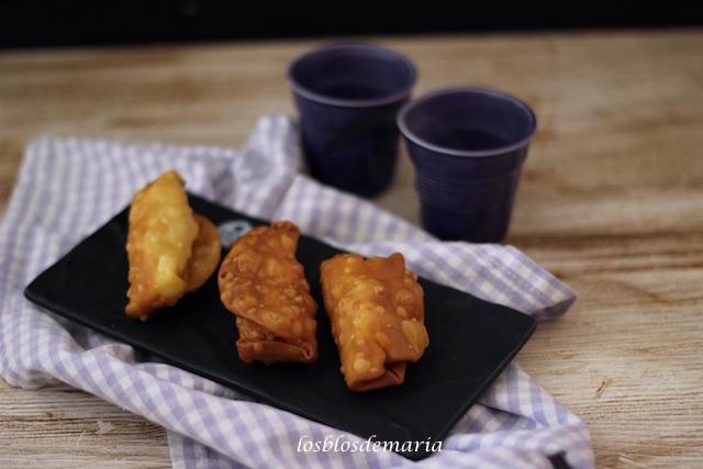 Empanadillas fritas rellenas de queso, jamón y nueces