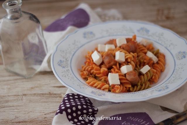 Espirales con salsa napolitan, salchichas frescas y queso tierno