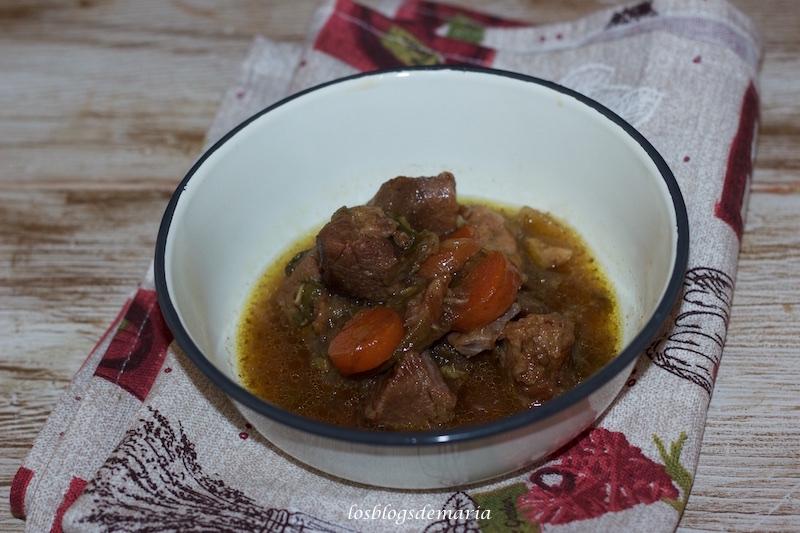 Guiso de carne cerdo a la soja, zanahorias y apio