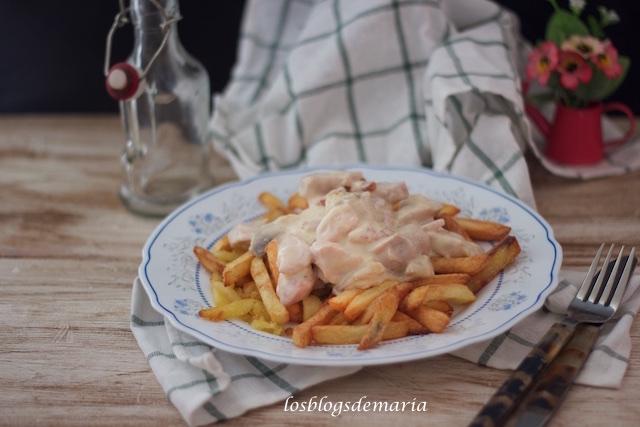 VideoReceta: Pechugas de pollo con nata, champiñones y bacon