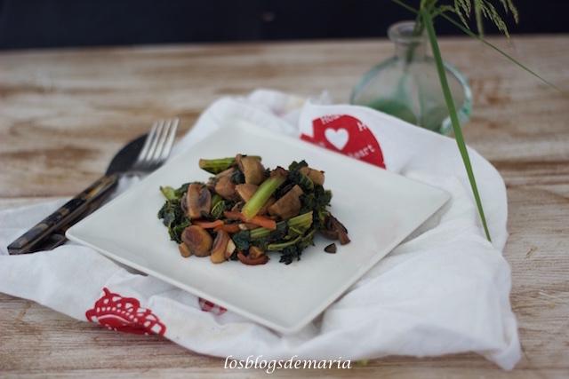 Kale, champiñones y zanahorias a la salsa de soja con semillas