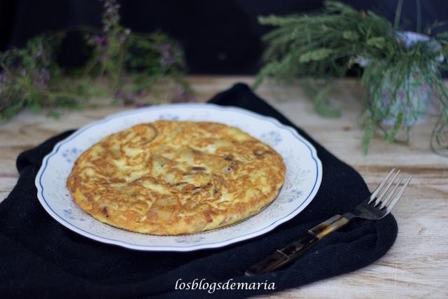 Tortilla con cebolla morada y cuatro quesos
