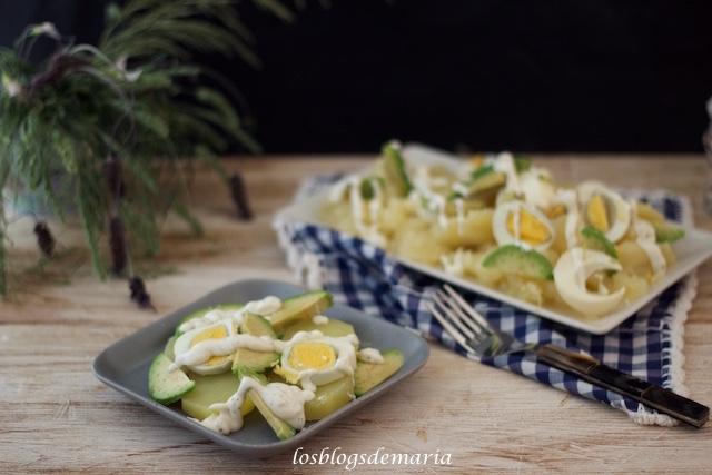 Ensalada de patatas y aguacates con salsa de yogur