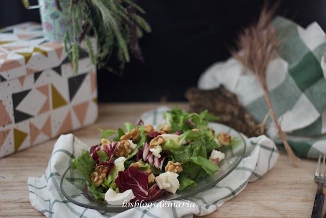 Ensalada de rulo de cabra y nueces: cómo preparar la vinagreta perfecta