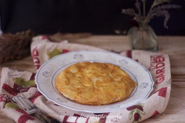 Tortilla de calabacines, cebolla y rulo de cabra
