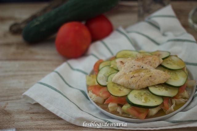 Ensalada de pepinos, tomates y pollo a la vinagreta dulce