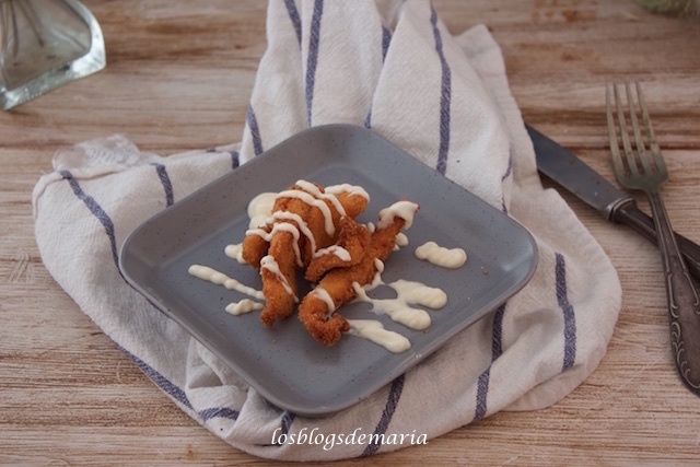 Tiras de pollo empanado con alioli