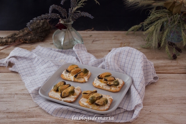 Aperitivos de galletas saladas con paté de bacalao y mejillones