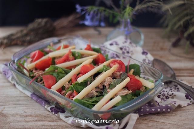 Ensalada de brotes tiernos con tomate, espárragos y atún