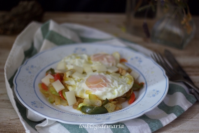 Salteado de pimientos y calabacín con huevos fritos