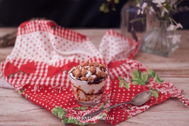 Vasitos de nata con cacahuetes a la miel
