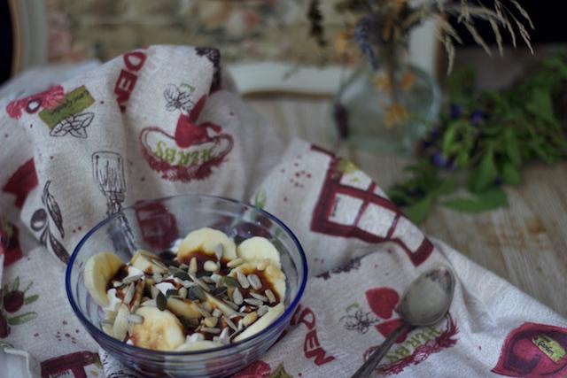 Copa de plátano, nata, caramelo y semillas