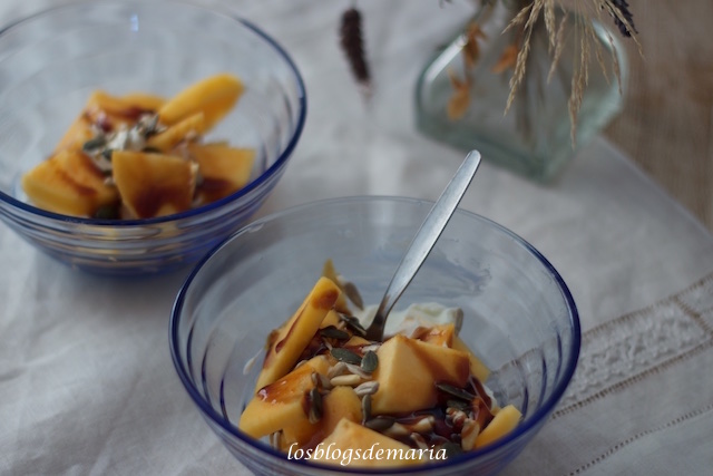 Persimón con yogur y semillas