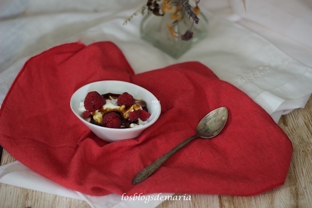Yogur con frambuesas y caramelo sobre base de galletas lotus