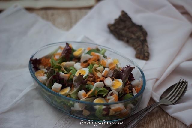 Ensalada de hojas de roble con huevos de codorniz y palitos de surimis
