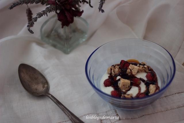 Postre lácteo con nueces y cubitos de caramelo a la sal