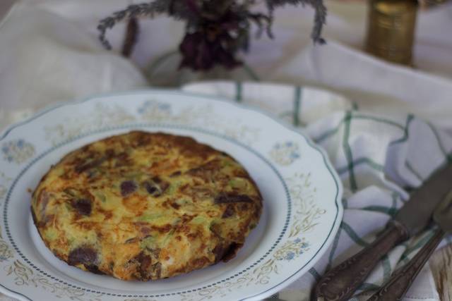 Tortilla de calabacines, cebolla morada, jamón y queso