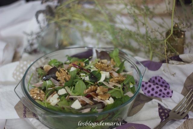 Ensalada brotes tiernos, queso fresco, jamón y nueces