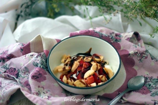 Fresas con plátanos y yogur