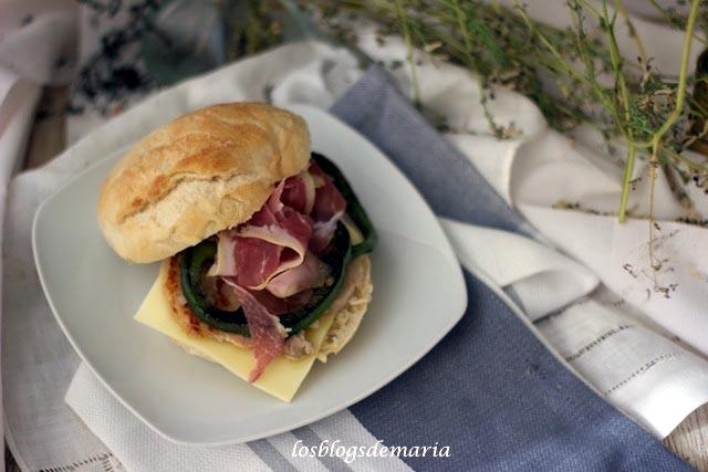 Serranito con queso y aros de pimientos verdes