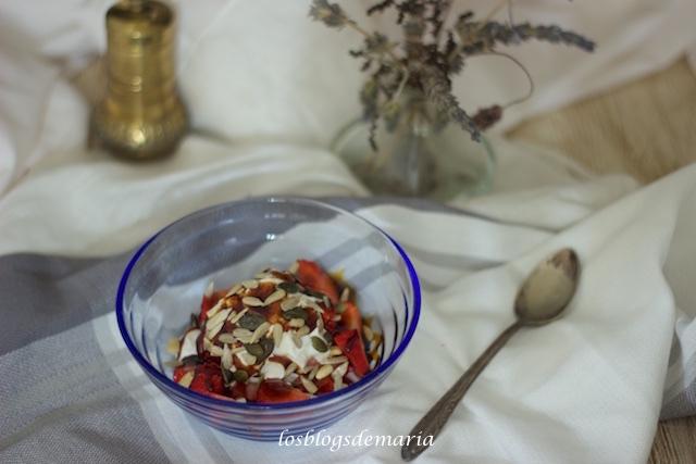 Fresas con nata, caramelo y semillas surtidas