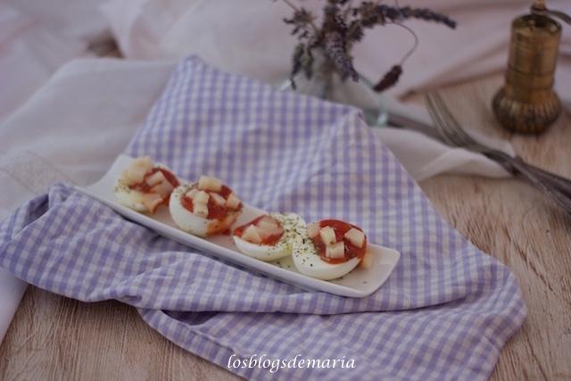Huevos con tomate y dados de queso