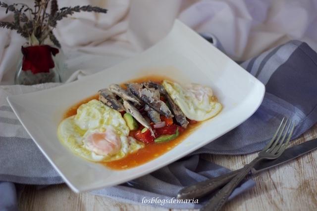 Ensalada de pimientos asados con huevos fritos y sardinas