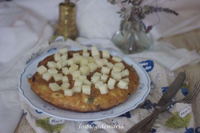 Tortilla de patatas y cebolla morada con dados de queso semicurado