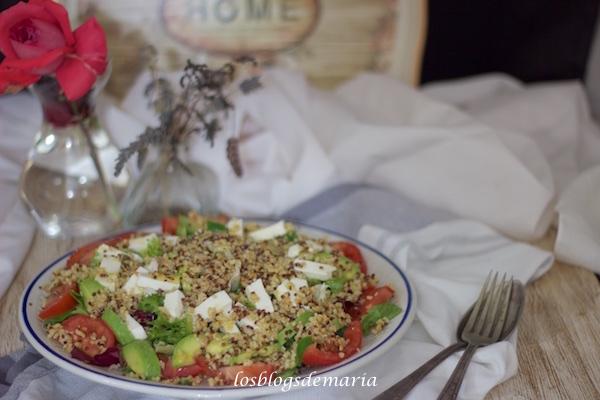 Ensalada de aguacates, queso fresco con un toque de cereales y semillas