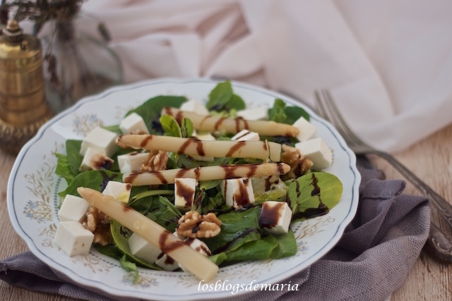 Ensalada de brotes de espinacas con queso fresco, espárragos blancos y nueces