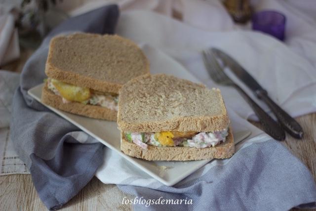 Sándwiches de jamón cocido y huevos en pan casero