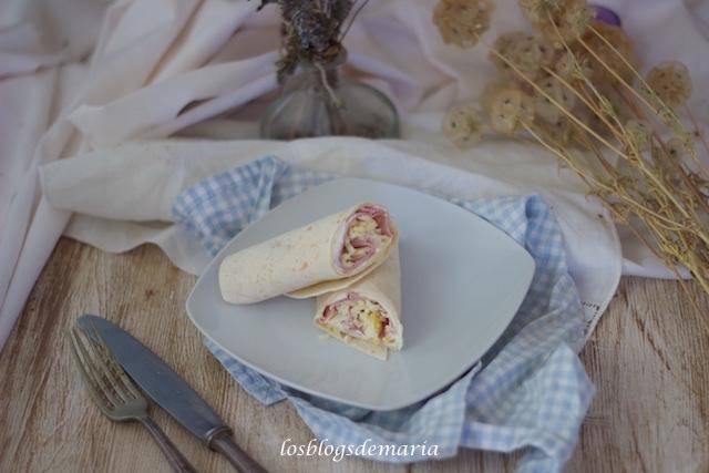 Rollitos de torta de trigo con queso y jamón