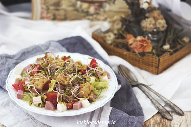 Ensalada de jamón cocido y queso fresco con crujientes de albahaca